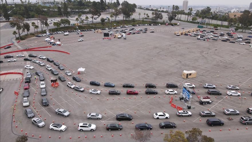 Decenas de vehículos fueron registrados este miércoles al hacer fila para que sus conductores se pudieran practicar un test de COVID-19, en el parqueadero del Dodge Stadium de Los Ángeles (California, EE.UU.) EFE/David Swanson