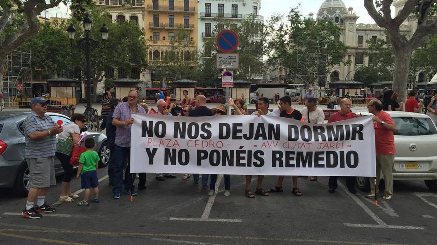 Protesta de los vecinos de la plaza del Cedro por el exceso de ruido