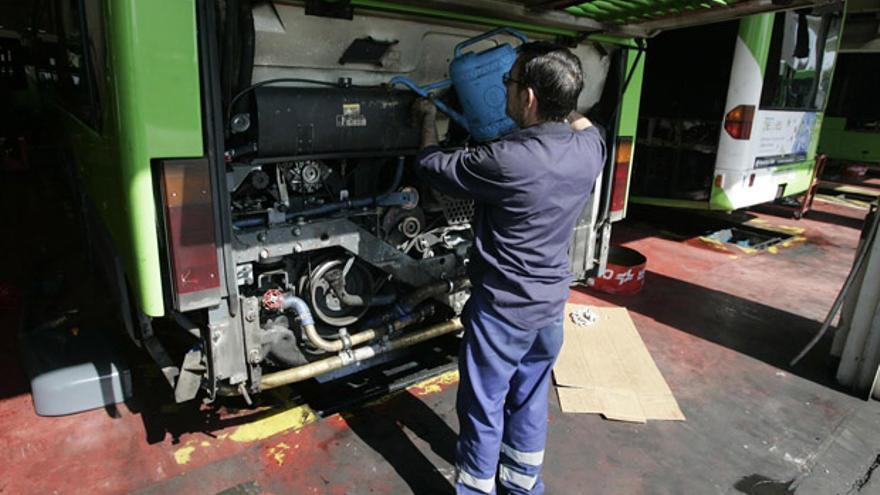Un mecánico de Aucorsa repara el motor de uno de los vehículos | MADERO CUBERO