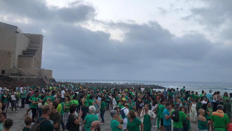 Numerosas personas en la playa de Las Canteras para agradecer el trabajo contra el incendio en Gran Canaria.