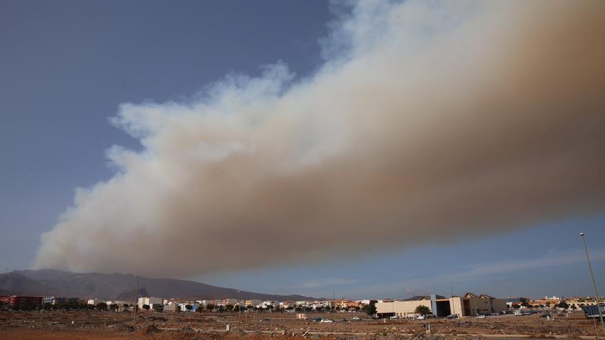 Incendio en la cumbre de Gran Canaria, visto desde el sureste de la isla. (ALEJANDRO RAMOS)