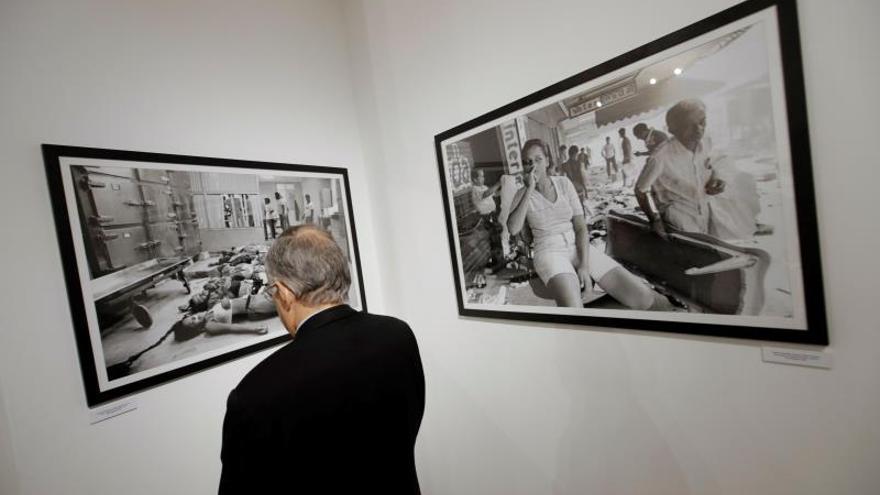 """Un asistente fue registrado a detallar una fotografía de la exposición """"La mirada interrumpida"""", organizada por la Embajada y el Centro Cultural de España/Casa de Soldado en Panamá, que rinde homenaje al fotoperiodista español Juantxu Rodríguez."""