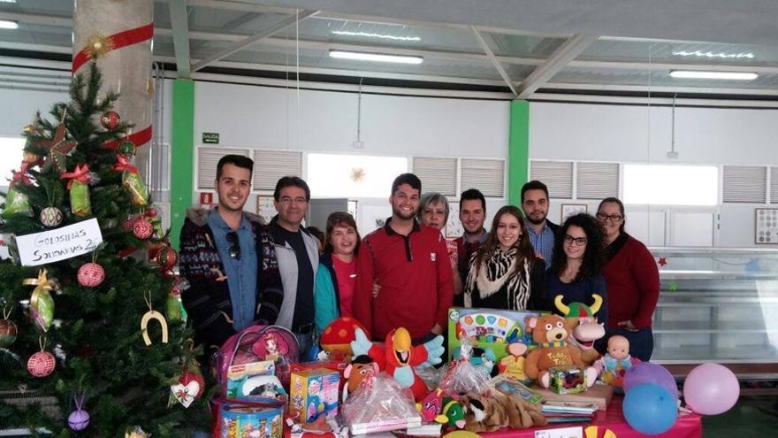 Varios miembros de Juventudes Socialistas de Puntallana, junto con el alcalde de la localidad, José Adrián Hernández (segundo por la izquierda), durante la recogida de juguetes.