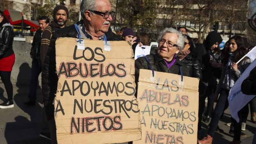 Estudiantes y trabajadores del gremio educativo se manifiestan en Santiago