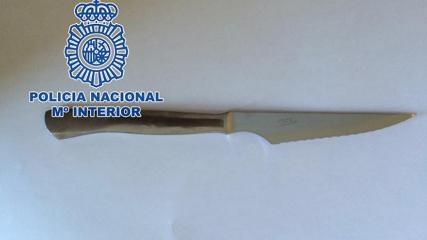 Cuchillo intervenido al detenido por la Policía Nacional.