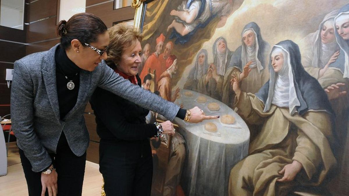 Carmen Pérez (d) enseña a la consellera Lola Johnson una restauración hecha por el instituto público que dirigía.