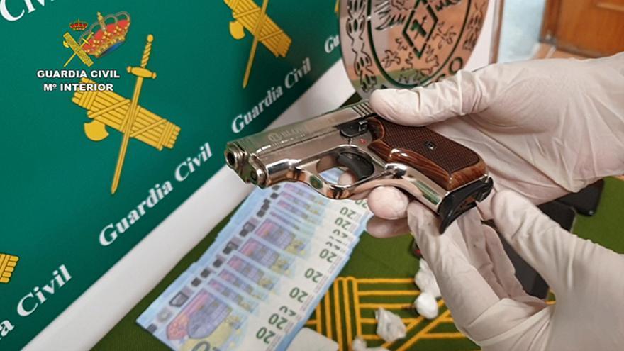 Una pistola detonadora aparentemente modificada, billetes falsos de 20 € y cocaína.
