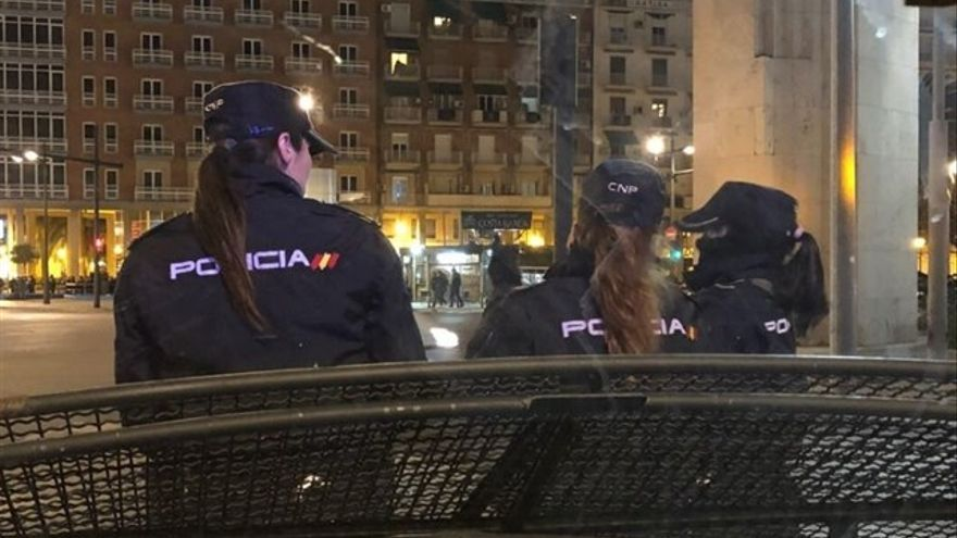Tres agentes de policía nacional