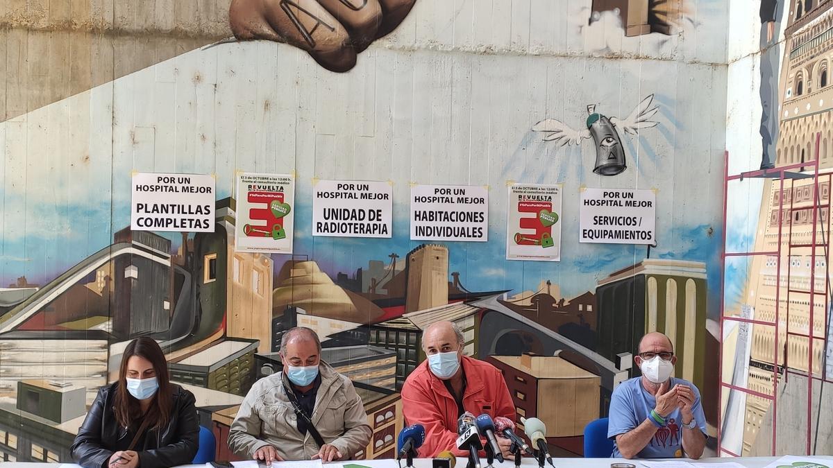 Amado Goded explica las necesidades del nuevo hospital de Teruel. A su izquierda, Pepe Polo.