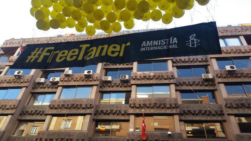 Acto para exigir la liberación de Taner frente a la embajada turca en Madrid / Amnistía Internacional