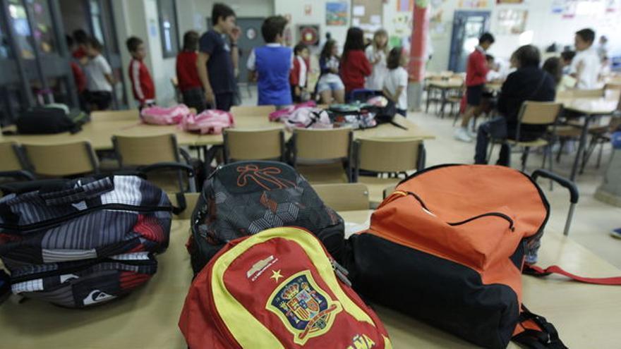 Chicos y chicas en un colegio (Efe).