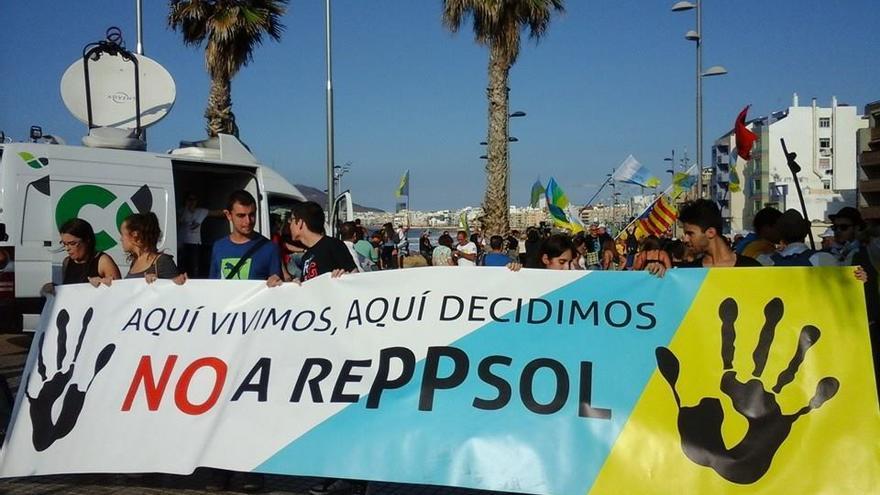 Manifestaciones contra las prospecciones petrolíferas de Repsol en aguas cercanas a Canarias. Foto: Coordinadora Canaria contra las Prospecciones.