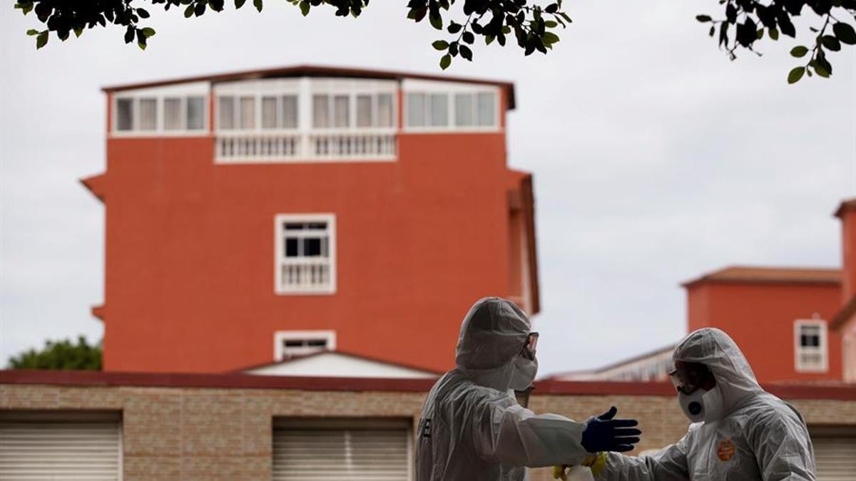 Miembros de la Unidad Militar de Emergencias desinfectan algunas zonas de la residencia de mayores Hogar Santa Rita en Puerto de la Cruz (Tenerife) durante la primera ola de coronavirus en la isla.