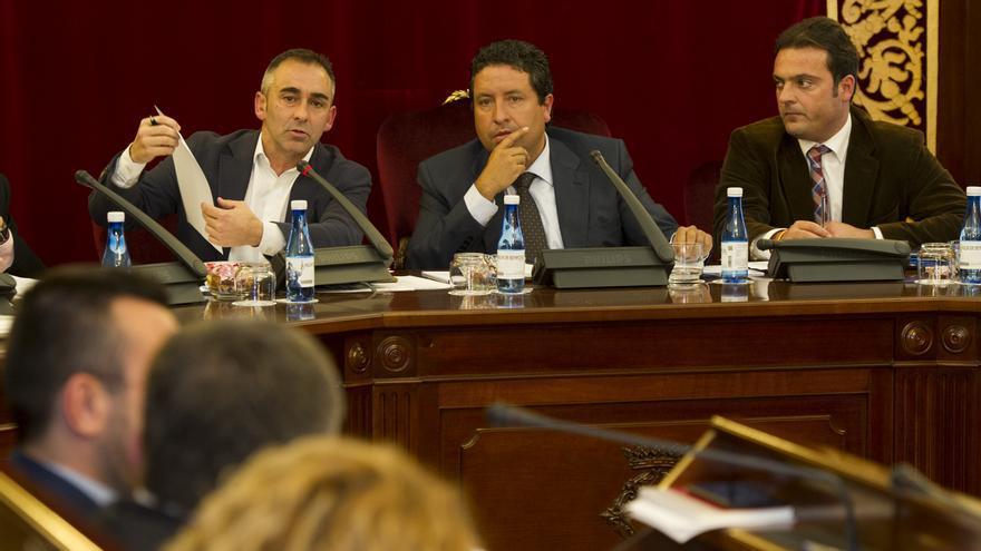Miguel Barrachina (izquierda), vicepresidente de la Diputación de Castellón, y Javier Moliner (centro), presidente, en un Pleno de la institución.