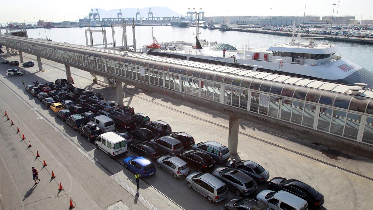 En la imagen, el puerto de Algeciras (Cádiz) en el marco de la Operación Paso del Estrecho (OPE). .EFE/A.Carrasco Ragel/Archivo