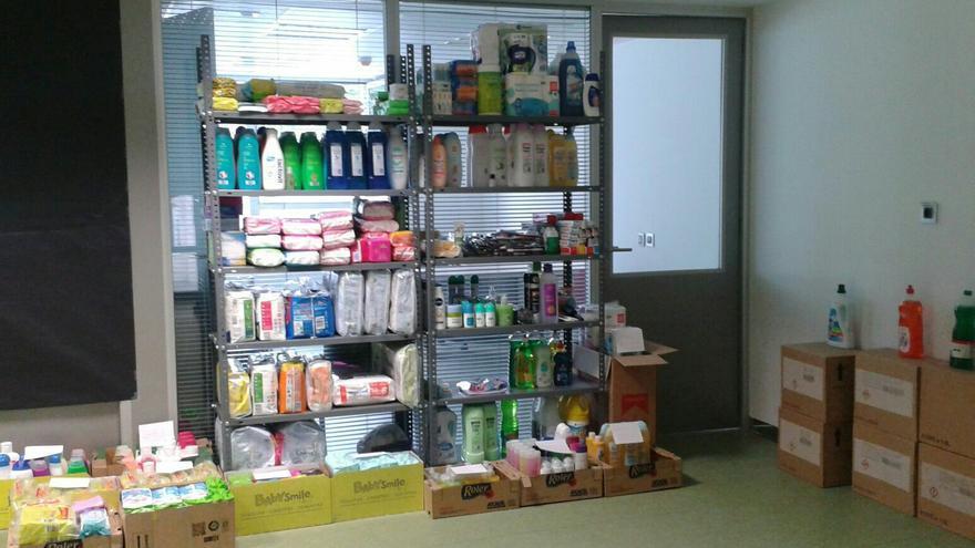 Una de las estanterías con productos de higiene