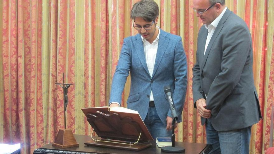 Segio Felipe, en el acto de su toma de posesión como consejero en el Cabildo de La Palma, junto a Anselmo Pestana, en el pleno celebrado este miércoles.