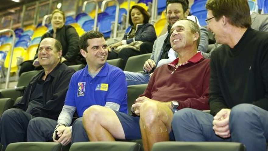 Ivan Lendl junto a Lucas Bravo de Laguna en el palco de autoridades del Gran Canaria Arena. A la derecha, Carlos Sunesson.