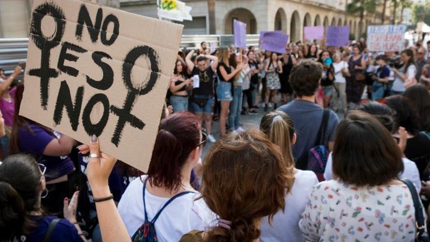 Cinco detenidos por una agresión grupal a una mujer en Benidorm (Alicante)