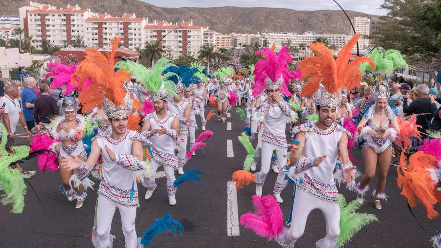 Comparsa asistente al desfile de este domingo en Los Cristianos, en Arona