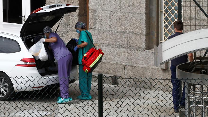 Miembros del Servicio Gallego de Salud abandonan las instalaciones del hotel de A Coruña donde se encuentran aislados los jugadores y el cuerpo técnico del Fuenlabrada.