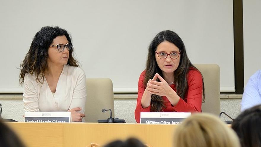 Mónica Oltra, junto a la alcaldesa de Paiporta, Isabel Martín