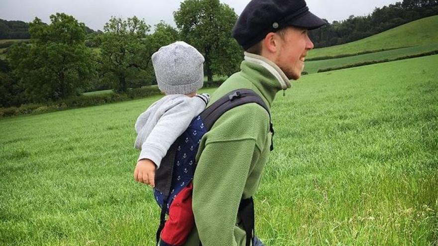 Freddy McConnell con su bebé, en una foto de Instagram.
