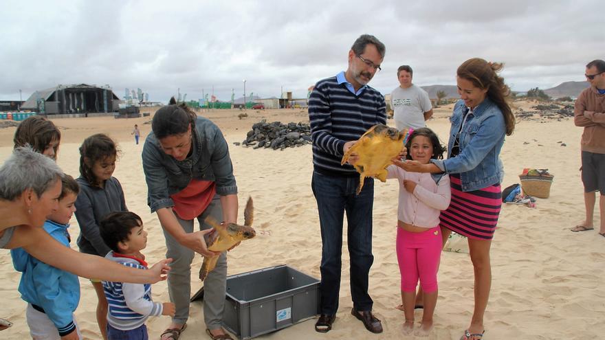 Suelta de tortugas en Fuerteventura, junto al presidente del Cabildo, Marcial Morales.