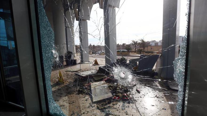 El Gobierno rebelde libio crea una fuerza para frenar a los grupos afines al EI