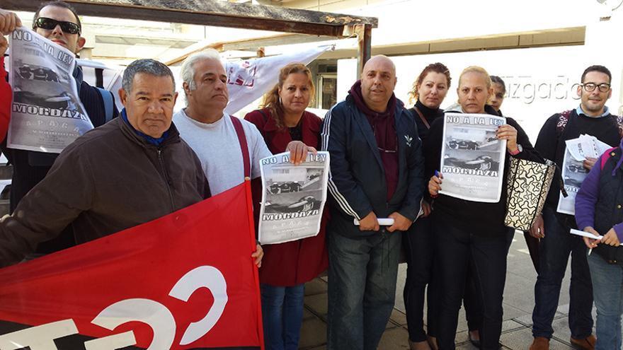 Begoña Pérez (en el centro con abrigo rojo), junto a miembros de Telde Responde y de la Asamblea de Parados Apaga y Vámonos.