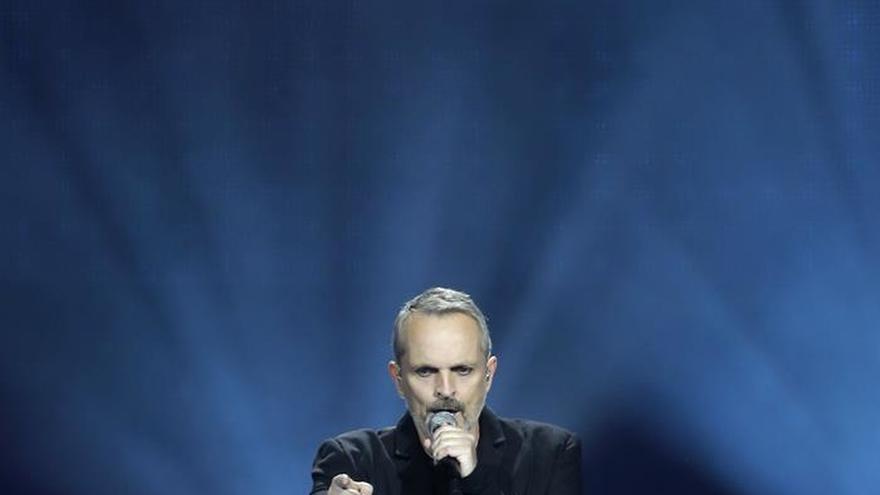 Miguel Bosé canta en Ciudad de México por la paz y contra los muros