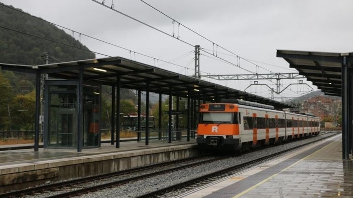 Tren de Rodalies de Renfe, circulando un día de lluvia.