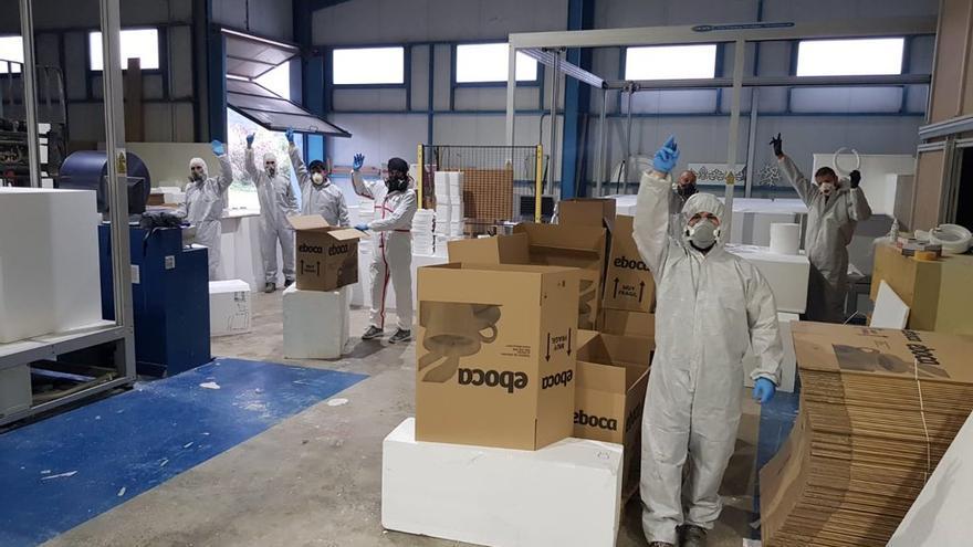 Empleados de Tecmolde durante el proceso de realización de las máscaras protectoras.