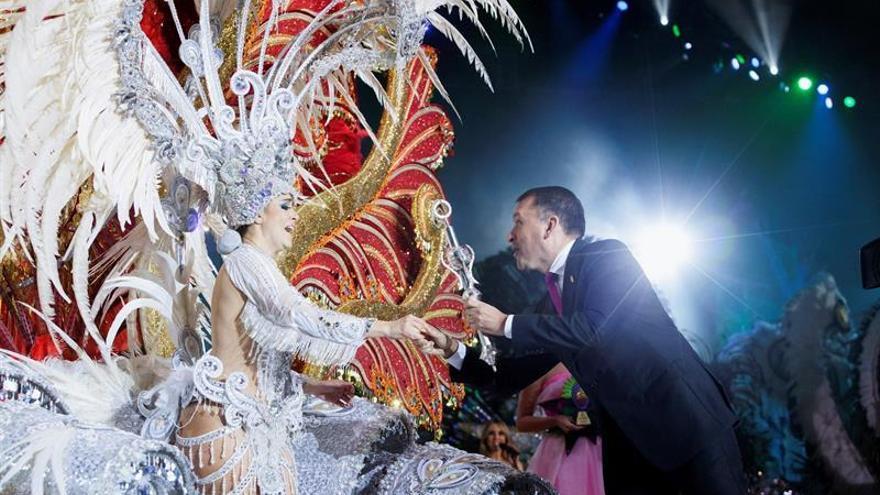 Resultado de imagen de bermudez entregando cetro reina carnaval