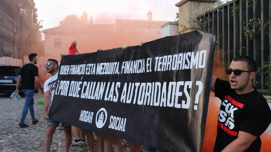 Hogar Social Granada despliega una pancarta a las puertas de la mezquita