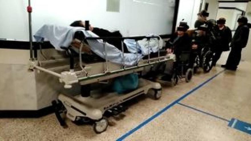 Pacientes en pasillos de urgencias del hospital de Santiago, en una imagen difundida por la asociación de usuarios del centro