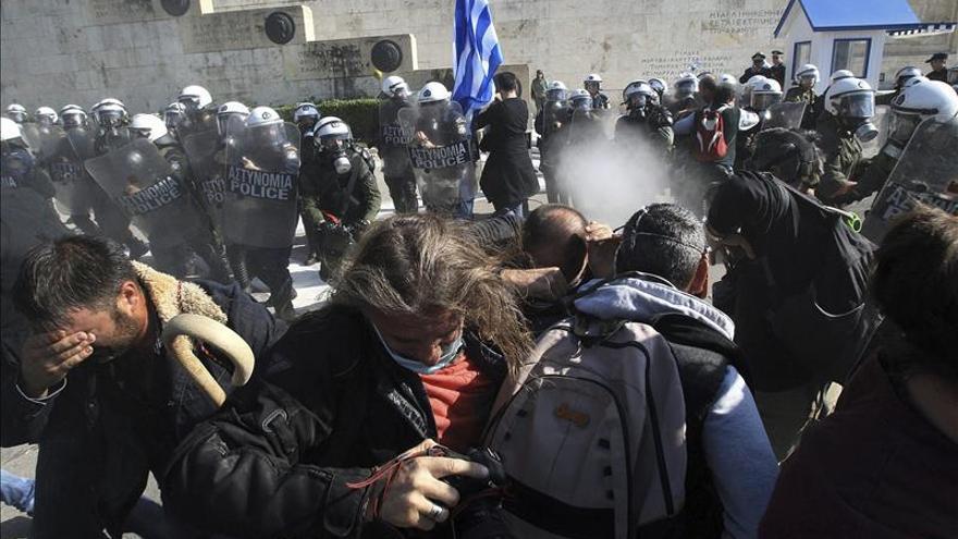 Miles de agricultores se manifiestan en Atenas contra el aumento de impuestos