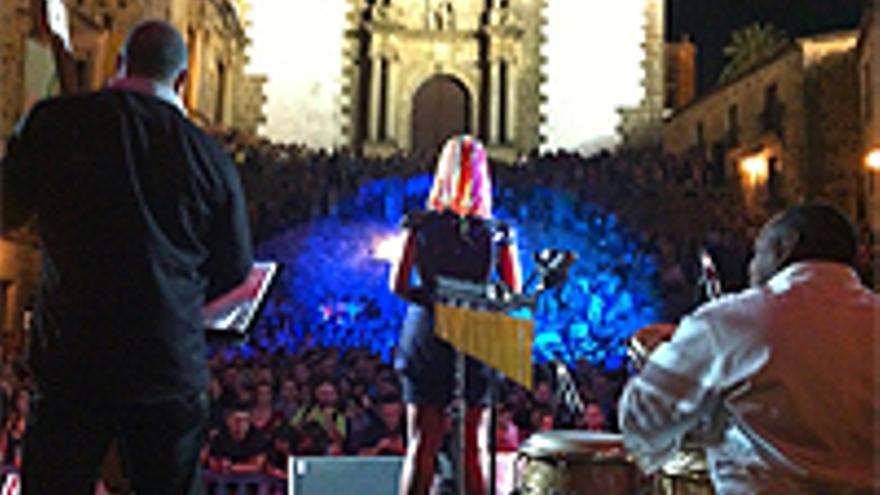 Lucrecia, durante su actuación de este año en la plaza de San Jorge, en el Womad de Cáceres.