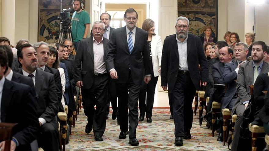 Rajoy lanza un mensaje de confianza en la economía, arropado por agentes sociales