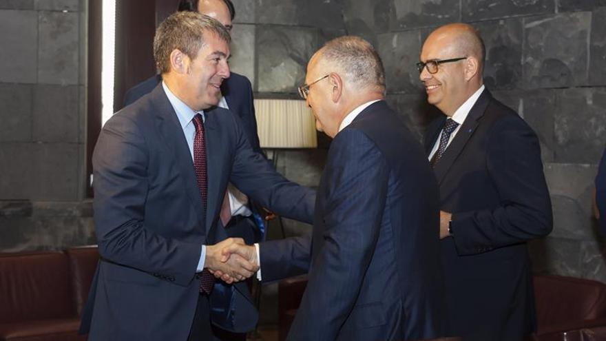 El presidente del Gobierno de Canarias, Fernando Clavijo (i), saluda al vicepresidente de la compañía aérea Binter, Rodolfo Núñez (c).