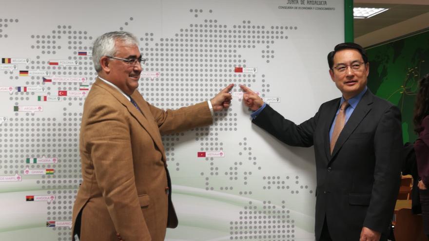El consejero Ramírez de Arellano y el embajador chino