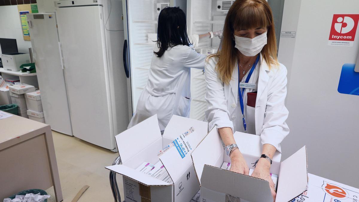 Empleadas del centro médico guardan las vacunas de AstraZeneca en neveras a su llegada al Hospital Clínico Universitario de Zaragoza,. EFE/DGA/Luis Correas