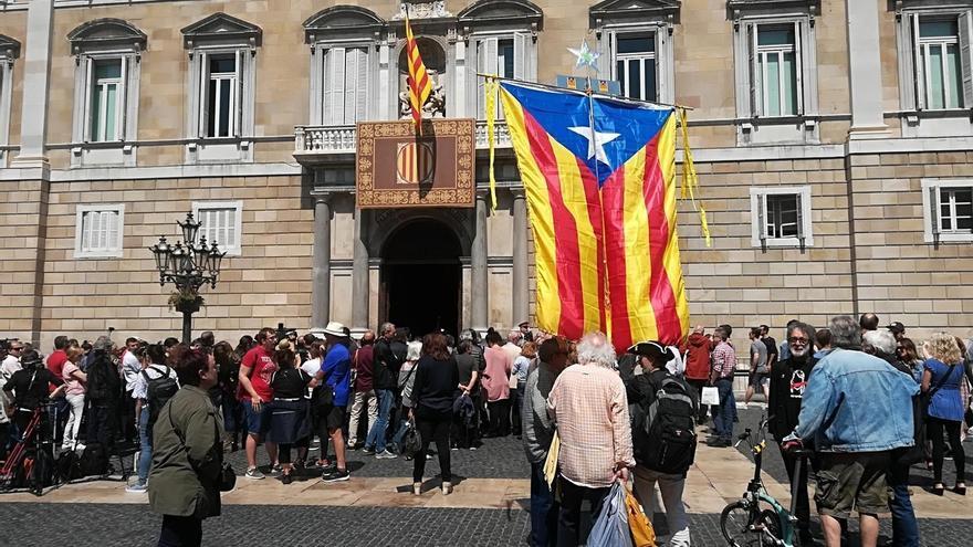Casi 100 personas se concentran ante la Generalitat tras la toma de posesión de Torra
