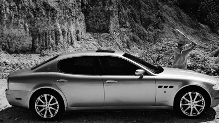 """Imagen extraida del videoclip de """"Adentro"""", de Calle 13, en el que René Pérez destruye su propio coche, un Maserati"""
