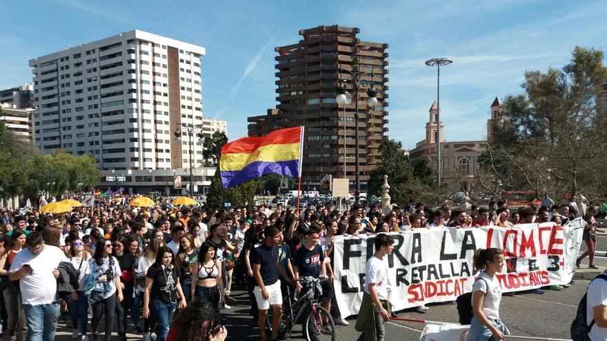 Un momento de la manifestación estudiantil en Valencia con motivo de la huelga de este jueves