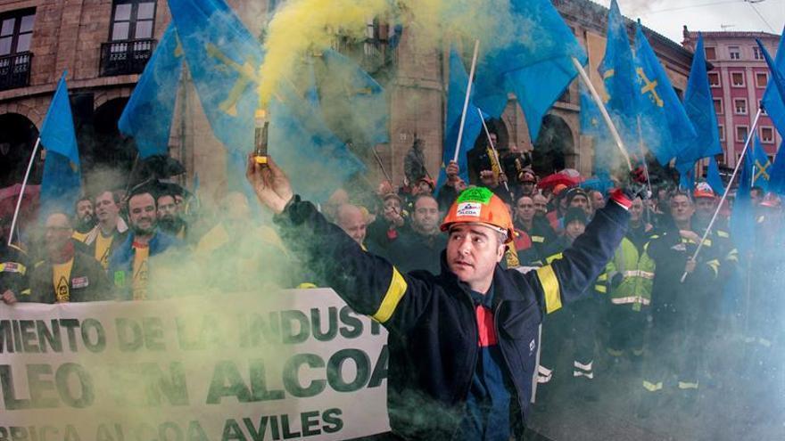 Trabajadores de Alcoa concentrados en la plaza de España de la Avilés, para pedir la intervención del Estado en las fábricas de Alcoa local y de A Coruña.