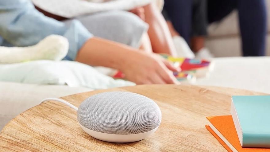 """Google Home Mini, la versión más pequeña del """"altavoz inteligente"""" de Google."""