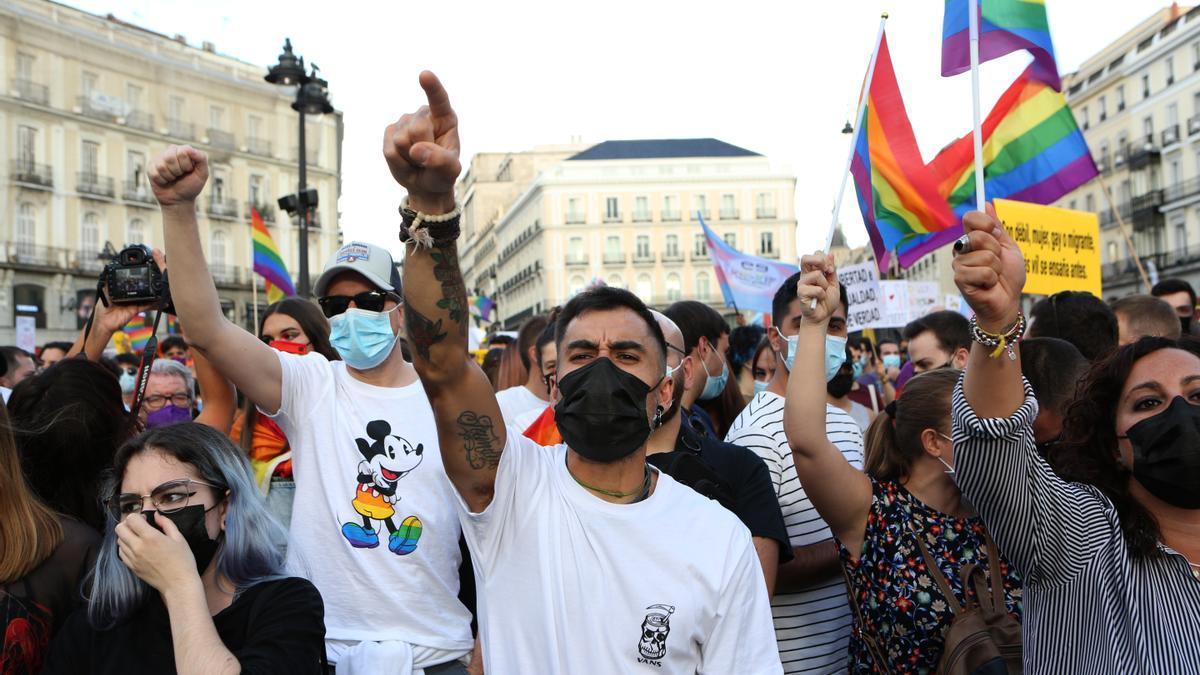 Un grupo de asistentes a la concentración contra las agresiones al colectivo LGTBI de este sábado en Madrid
