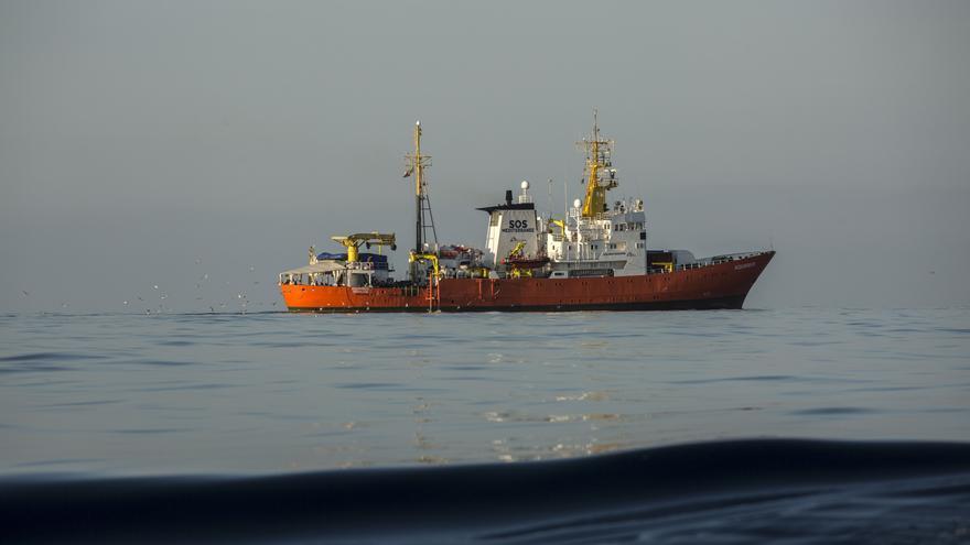 El Aquarius, visto desde el buque de Proactiva Open Arms. OLMO CALVO.
