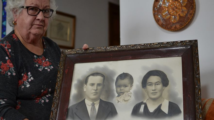 Francisca González, con el montaje fotográfico que realizó su madre | N.C.